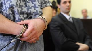 Debrecen, 2010. április 23.Ifj. Schönstein Sándor gyanúsított, az áldozat fia ül (j) a Hajdú-Bihar Megyei Bíróságon, ahol a folytatódott a Balla Irma-gyilkosság tárgyalása. Balla Irma volt debreceni fideszes önkormányzati képviselőt brutális körülmények között, lakásában gyilkolták meg 2007 húsvétján. Holttestét fia találta meg, ő értesítette a rendőrséget. A 19. tárgyalási napon meghallgatták a vádlott testvérét és négy BV fogvatartottat. A rendőrség továbbra is a fiút gyanúsítja a gyilkosság elkövetésével.MTI Fotó: Oláh Tibor
