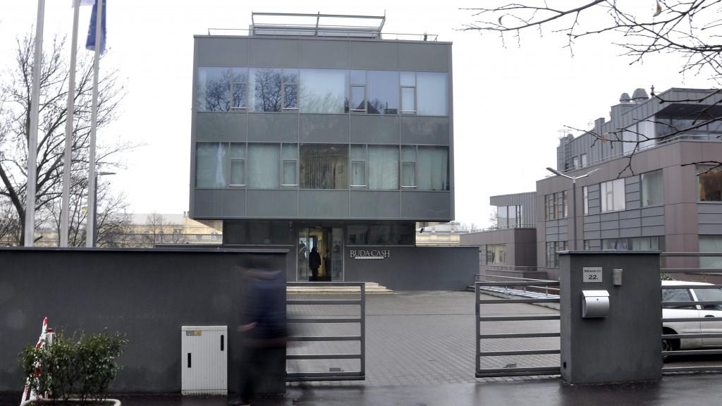 Budapest, 2015. február 24. A Buda-Cash Brókerház Zrt. épülete Budapesten, a XI. kerületi Ménesi úton 2015. február 24-én. A Magyar Nemzeti Bank (MNB) több évtizedes visszaélés-sorozatot gyanít a Buda-Cash Brókerháznál, ezért azonnali hatállyal felfüggesztette mûködési engedélyét, és a brókerházzal összefüggésbe hozható Dél-Dunántúli Regionális Bank (DRB) bankcsoporthoz tartozó négy banknál is korlátozó intézkedéseket, így a betétkifizetés 1 millió forintos korlátozását rendelte el. MTI Fotó: Sallmayer Gábor