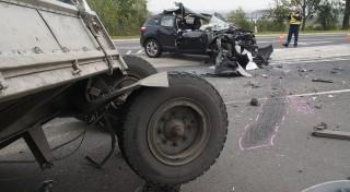 Ceglédbercel, 2015. október 13. Rendõr helyszínel a 4-es fõút ceglédberceli szakaszán, ahol egy teherautó pótkocsijának ütközött egy személygépkocsi 2015. október 13-án. A balesetben egy ember súlyosan sérült. MTI Fotó: Donka Ferenc