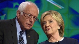 Las Vegas, 2015. október 14. Bernie Sanders vermonti szenátor (b) és Hillary Clinton volt amerikai külügyminiszter, mielõtt megkezdõdik a demokrata párti eljökjelöltségért küzdõ politikusok televíziós vitája a nevadai Las Vegasban 2015. október 13-án. (MTI/EPA/Mike Nelson)
