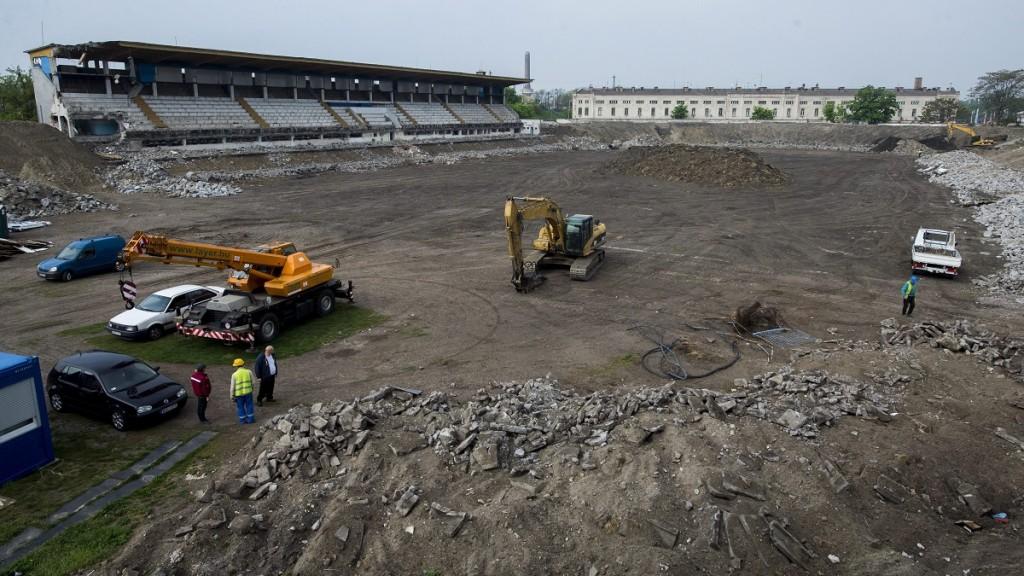 Budapest, 2015. május 4. A bontás alatt álló Hidegkuti Nándor Stadion 2015. május 4-én. Az MTK labdarúgócsapatának új, 5000-5500 nézõ befogadására alkalmas, UEFA III-as besorolású stadionja a tervek szerint 2016 nyarára épül meg. MTI Fotó: Illyés Tibor
