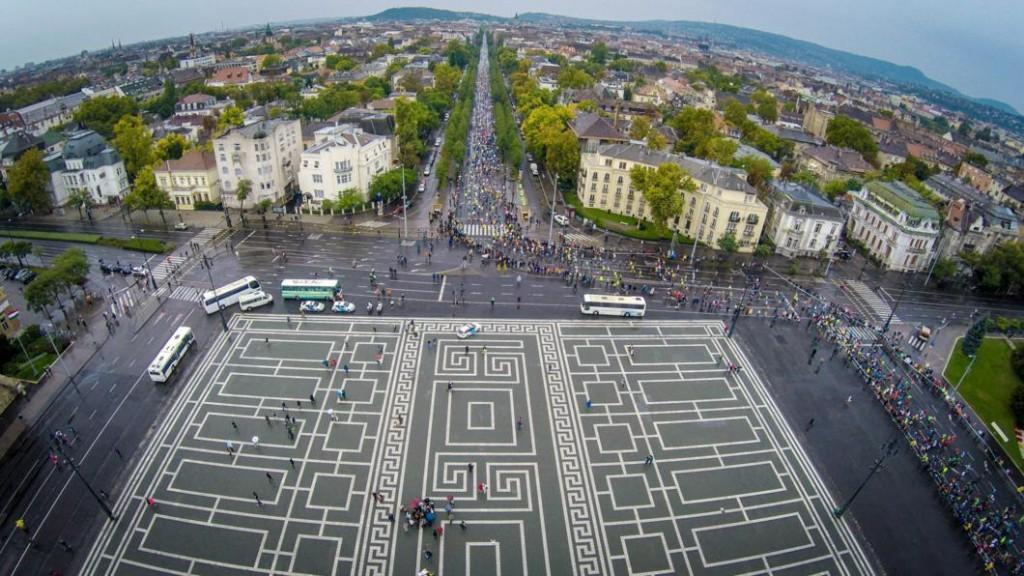 Budapest, 2015. október 11. Drónnal készült felvételen a 30. Spar Budapest Maraton résztvevõi a Hõsök terén és az Andrássy úton 2015. október 11-én. MTI Fotó: Ruzsa István