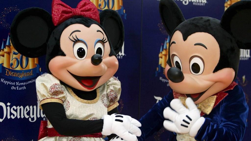 Anaheim, 2005. május 5. Walt Disney népszerû mesefigurái, Mickey és Minnie egér beszélget a színpadon a kaliforniai Anaheimben 2005. május 4-én, a  Disneyland amerikai mesepark létrejöttének 50. évfordulója alkalmából adott partin. Az anaheimi Disney-park 1955. július 17-én nyitotta meg kapuit a nagyközönség elõtt. A Walt Disney amerikai médiakonszern 18 hónapon át tartó ünnepségsorozattal ünnepli fél évszázados jubileumát.  (MTI/EPA/ARMANDO ARORIZO)