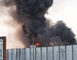 Gyõr, 2015. október 24. Tûz ég egy mûanyag-feldolgozó üzem mintegy 1400 négyzetméter alapterületû raktárépületében a gyõri Hûtõház utcában 2015. október 24-én. MTI Fotó: Krizsán Csaba
