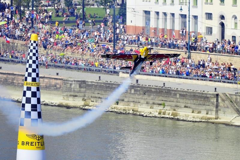Budapest, 2015. július 5. Besenyei Péter repül a Duna felett a Red Bull Air Race Master Class kategóriájának elsõ elõfutamában Budapesten 2015. július 5-én. MTI Fotó: Lakatos Péter