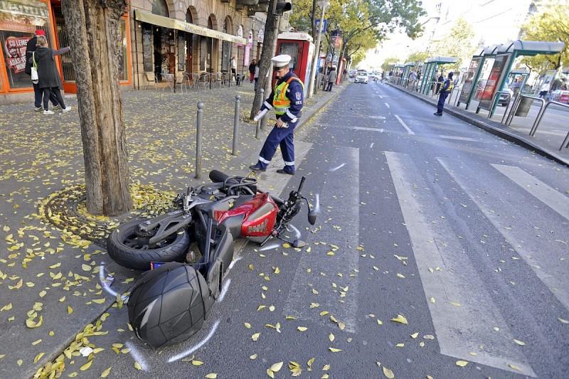 Budapest, 2015. október 31. Rendõr helyszínel az Erzsébet körúton, miután egy motoros halálra gázolt egy férfit egy kijelölt gyalogátkelõhelyen 2015. október 31-én.  A balesetben a motor vezetõje és utasa is megsérült, õket a mentõk kórházba vitték. MTI Fotó: Lakatos Péter