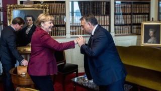 Brüsszel, 2015. október 15. A Miniszterelnöki Sajtóiroda által közreadott képen Orbán Viktor miniszterelnök és Angela Merkel német kancellár különtalálkozója az Európai Néppárt vezetőinek megbeszélése után Brüsszelben, a belga királyi akadémián 2015. október 15-én. MTI Fotó: Miniszterelnöki Sajtóiroda / Botár Gergely