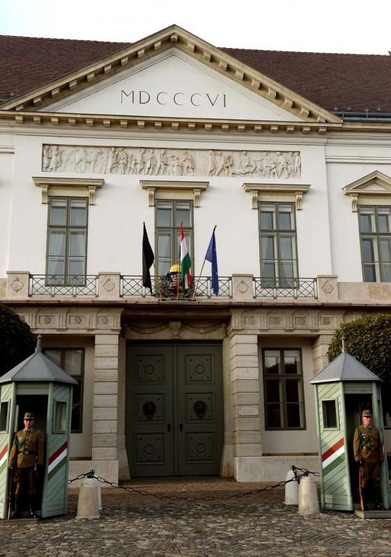 Meghalt Göncz Árpád - Gyászlobogó a Sándor-palotán