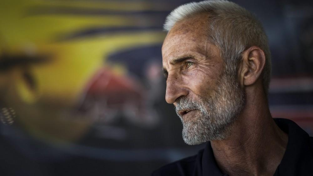 Budaörs, 2015. július 5. Besenyei Péter, a Red Bull Air Race Master Class kategóriájának versenyzõje a budaörsi repülõtéren kialakított Air Race bázison 2015. július 5-én. MTI Fotó: Szigetváry Zsolt