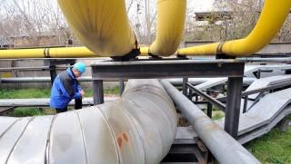 Budapest, 2013. április 10. Egy munkatárs ellenõrzi a gáz (a sárga) és gõz (szürke) csöveket a Dalkia Energia Zrt. és a Budapesti Erõmû Zrt. közös, Kõbányai Erõmûve hõerõmûvének területén 2013. április 10-én. A kapcsolt hõ- és villamosenergia termelõ erõmû több mint 3 milliárd forintos beruházással épült fel, és 2005 január elején adták át. A magyar kormány stratégiai együttmûködési megállapodást kötött 2013. április 5-én a francia tulajdonú Dalkia Energia Zrt.-vel. MTI Fotó: Máthé Zoltán