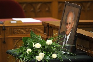 Budapest, 2015. október 7.Virágcsokor Göncz Árpád volt köztársasági elnök portréja előtt az Országgyűlés plenáris ülésén 2015. október 7-én. Október 6-án életének 94. évében, családja körében elhunyt a Magyar Köztársaság volt elnöke. Göncz Árpádot 25 éve, 1990. augusztus 3-án választotta az Országgyűlés köztársasági elnökké, ezzel ő lett a rendszerváltozás utáni Magyarország első államfője.MTI Fotó: Kovács Attila