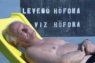 Balaton, 1990. augusztus 10.Göncz Árpád köztársasági elnök napozik a Balatonnál.MTI Fotó: Kovács Attila