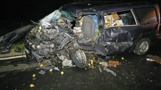 Szolnok, 2015. október 16. Összetört gépjármû a 4-es fõút Szolnokot elkerülõ szakaszán, ahol a jármû egy másik mikrobusszal összeütközött 2015. október 16-án. A balesetben egy ember a helyszínen életét vesztette, ketten pedig súlyosan megsérültek. MTI Fotó: Bugány János