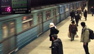 Budapest, 2012. február 14.Megérkezik a BKV 3-as metróvonalának egyik szerelvénye a Lehel téri állomására. A peronon utasok várnak beszállásra.MTI/Bizományosi: Jászai Csaba ***************************Kedves Felhasználó!Az Ön által most kiválasztott fénykép nem képezi az MTI fotókiadásának és archívumának szerves részét. A kép tartalmáért és a szövegért a fotó készítője vállalja a felelősséget.