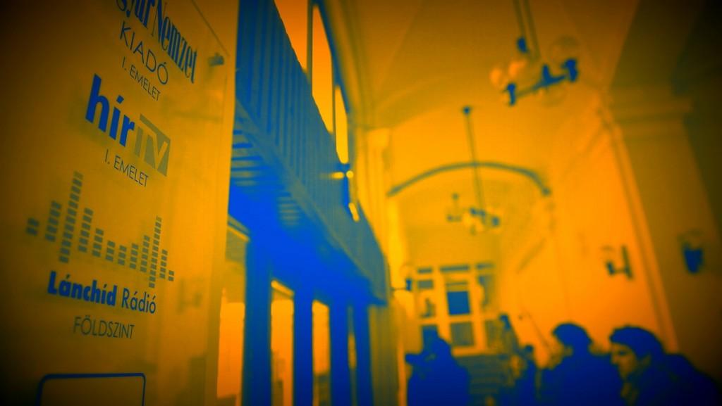 Budapest, 2015. február 6.Más médiumok újságírói várakoznak a Hír TV irodáinak, valamint a Magyar Nemzet, az MNO és Lánchíd Rádió szerkesztőségének otthont adó budapesti épület halljában 2015. február 6-án, miután lelkiismereti okokból benyújtották a fel-, illetve lemondásukat a négy szerkesztőség vezetői. A hírt az mno.hu internetes portál tette közzé.MTI Fotó: Illyés Tibor