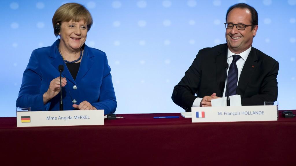 Párizs, 2015. október 2. Angela Merkel német kancellár (b) és Francois Hollande francia elnök sajtótájékoztatót tart az ukrajnai békefolyamat újraindításáról szóló, a normandiai négyek (Franciaország, Németország, Ukrajna és Oroszország) vezetõinek megbeszélését követõen a párizsi államfõi rezidencián, az Elysée-palotában 2015. október 2-án. (MTI/AP/Michel Euler)
