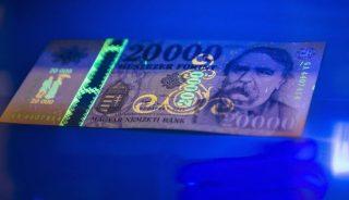 Budapest, 2015. szeptember 25. A megújított húszezer forintos bankjegy UV fénnyel megvilágítva a bemutató sajtótájékoztatón Budapesten, a Magyar Nemzeti Bank épületében 2015. szeptember 25-én. A bank 2015. december 14-tõl hozza forgalomba a megújított bankjegyeket, a jelenlegi húszezres bankjegyek 2016 végéig használhatók fel a készpénzforgalomban. MTI Fotó: Illyés Tibor