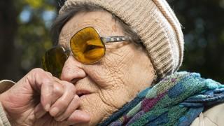 Nyíregyháza, 2015. október 1. Idõs nõ Nyíregyházán az Országzászló téren 2015. október 1-jén. Az ENSZ-közgyûlés 1991-ben határozott az idõsek világnapja megtartásáról. Az idõsödés kora a 60. életévben kezdõdik, az idõskort 75 éves kortól szokás számítani. A világon több mint 600 millió 60 évnél idõsebb ember él. MTI Fotó: Balázs Attila