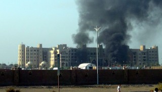Áden, 2015. október 6. Sûrû füst száll a magasba a jemeni kormányfõi hivatalnak otthont adó épület felõl a dél-jemeni kikötõvárosban, Ádenben 2015. október 6-án. Háled Bahah jemeni kormányfõ több hónapos szaúd-arábiai számûzetésbõl a közelmúltban tért vissza az ország második legnagyobb városába, amelyet júliusban foglaltak vissza a húszi lázadóktól a kormányhoz hû erõk a szaúdi vezetésû koalíciós csapatok segítségével. A támadásban Balah nem sérült meg. (MTI/EPA)