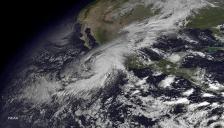 2015. október 23. Az amerikai Nemzeti Óceanográfiai és Atmoszférakutató Hivatal (NOAA) által 2015. október 23-án közreadott mûholdkép a Mexikó nyugati partjánál tomboló Patricia hurrikánról. (MTI/AP/NOAA)