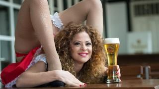 München, 2014. szeptember 22. A kígyóasszony becenevû manöken, Manuella népszerûsíti a sört a 181. müncheni sörfesztiválon, az Oktoberfesten Münchenben 2014. szeptember 22-én. A világ legnagyobb sörünnepét szeptember 20. és október 5. között rendezik a bajor városban.  (MTI/EPA/Federico Gambarini)