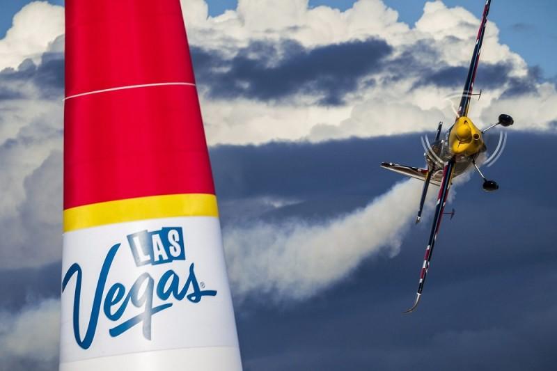 Las Vegas, 2015. október 18. A Global Newsroom által közreadott képen Besenyei Péter motoros mûrepülõ a Red Bull Repülõverseny-világsorozat nyolcadik, egyesült államokbeli viadalának edzésén a nevadai Las Vegasban 2015. október 17-én. (MTI/EPA/Global Newsroom/Garth Milan)