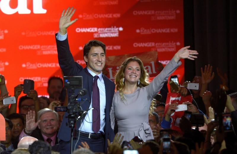 Montreal, 2015. október 20. Justin Trudeau, a kanadai Liberális Párt vezetõje és felesége, Sophie Gregoire a párt montreali székházában 2015. október 20-án hajnalban, miután az elõrejelzések szerint a liberálisok megszerezték az abszolút parlamenti többséget az elõzõ napi parlamenti választásokon. (MTI/AP/The Canadian Press/Paul Chiasson)