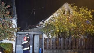 Szob, 2015. október 16. Tûzoltó egy szobi kigyulladt családi háznál 2015. október 16-án. Az épületben a tûz eloltása után holttestet találtak. MTI Fotó: Lakatos Péter