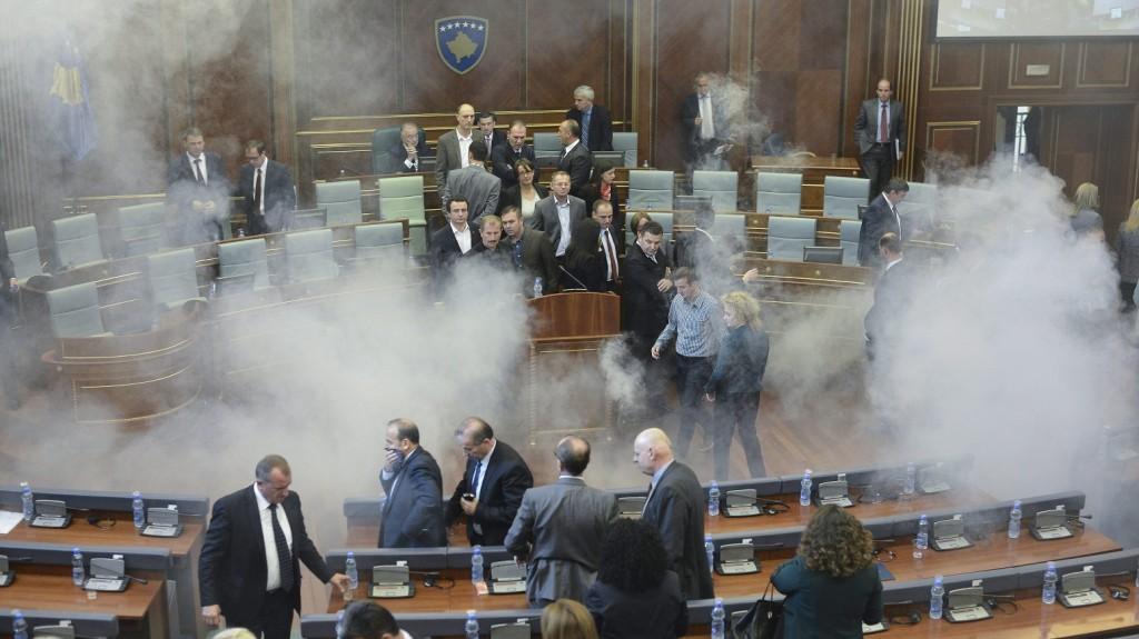 Pristina, 2015. október 15. Könnygáz füstje gomolyog a koszovói parlament üléstermében 2015. október 15-én, miután ellenzéki képviselõk könnygázpalackokat dobtak képviselõtársaik közé Pristinában. Az ellenzéki képviselõk a Szerbiával kötött, augusztus 25-i brüsszeli megállapodás ellen tiltakoztak. (MTI/EPA/Petrit Prenaj)