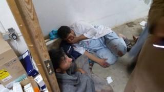 Kunduz, 2015. október 3. Az Orvosok Határok Nélkül (MSF) nemzetközi humanitárius szervezet által közreadott kép annak a kórháznak a dolgozóiról, amelyet bombatalálat ért 2015. október 3-án hajnalban az észak-afganisztáni Kunduzban, amelynek birtoklásáért a tálib lázadók és a koalíciós erõk hat napja harcolnak egymással. A szervezet közlése szerint a kórház részben romba dõlt, három munkatársuk meghalt, és 30 sorsáról nem tudnak semmit. (MTI/EPA/MSF)