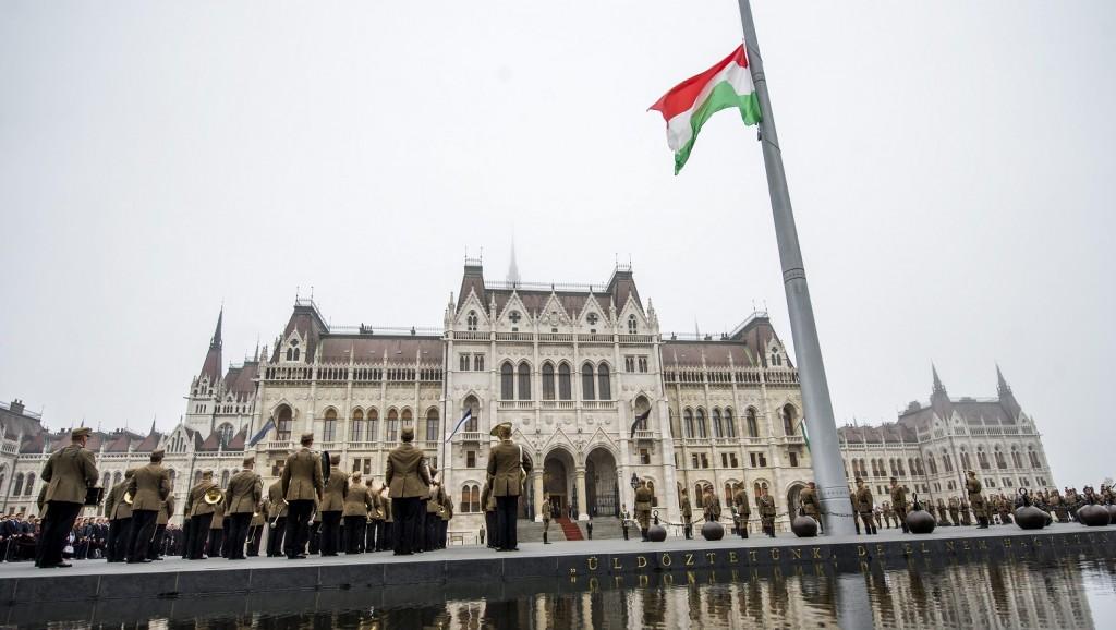 Budapest, 2015. október 6. Katonai tiszteletadás mellett ünnepélyesen felvonják a nemzeti lobogót az Országház elõtti Kossuth téren az 1848-49-es forradalom és szabadságharc évfordulóján, az aradi vértanúk emléknapján, 2015. október 6-án. A kegyelet kifejezéseként Magyarország lobogója egész nap félárbócon marad a nemzeti gyásznapon. MTI Fotó: Illyés Tibor