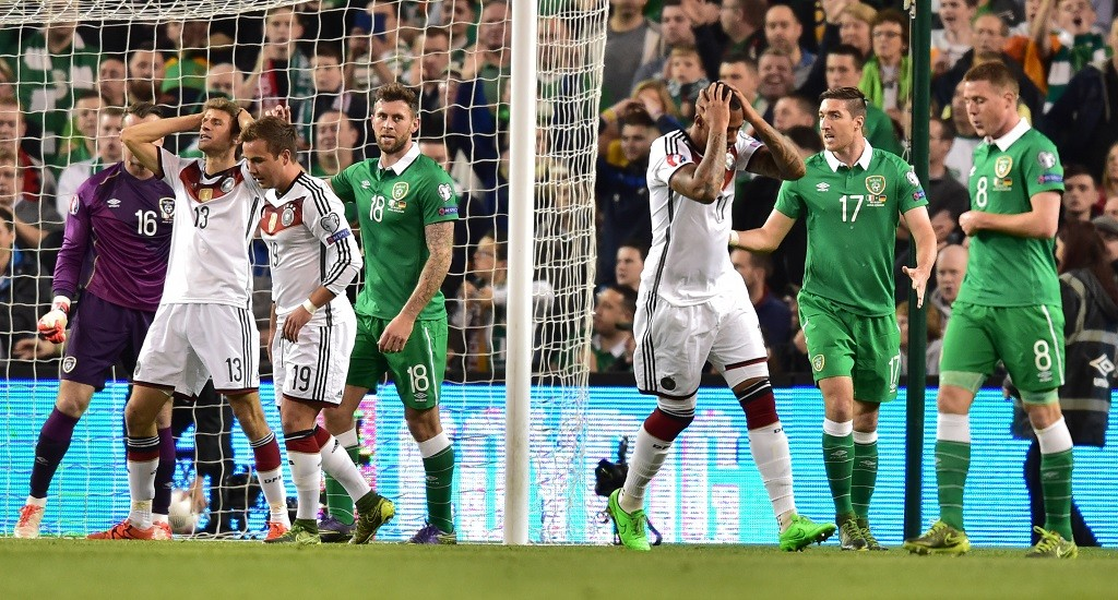 Germany's Thomas Mueller (l-r/ in white jerseys), Mario Goetze and Jerome Boateng and Ireland's Shaw Given (l), Daryl Murphy, Stephen Ward and James McCarthy react during the UEFA EURO 2016 qualifying soccer match Ireland vs Germany in Dublin, Ireland, 08 October 2015. Ireland won 1-0. Photo: Peter Kneffel/dpa