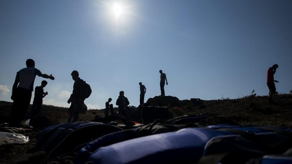 Mithimna, 2015. október 4. Törökországból gumicsónakon érkezett migránsok a görög Leszbosz szigetén, Mithimna közelében 2015. október 4-én. MTI Fotó: Balogh Zoltán