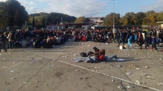Spielfeld, 2015. október 22. Illegális bevándorlók az osztrák-szlovén határon, az ausztriai spielfeldi átkelõnél a két határállomás között, az úgynevezett senki földjén, miután kitörtek a tranzittáborból 2015. október 22-én. MTI Fotó: Tréba Ákos