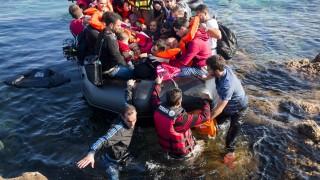 Mithimna, 2015. október 4. Migránsok ékeznek Törökországból gumicsónakon a görög Leszbosz szigetére Mithimna közelében 2015. október 4-én. MTI Fotó: Balogh Zoltán