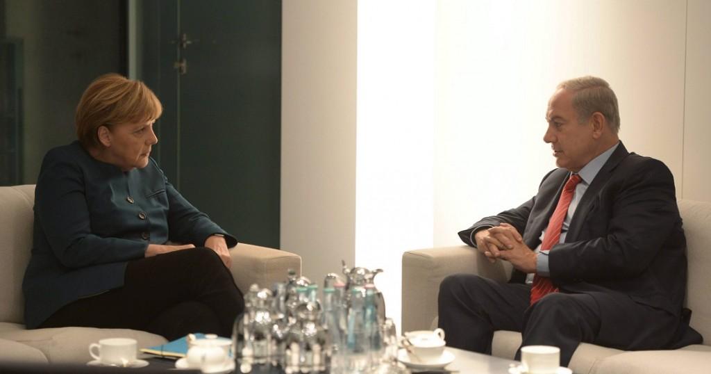 Berlin, 2015. október 21. Az izraeli kormány sajtóhivatala által közreadott képen Angela Merkel német kancellár (b) és Benjámin Netanjahu izraeli miniszterelnök tárgyal a berlini kancellári hivatalban 2015. október 21-én. (MTI/EPA/Amosz Ben Gersom)