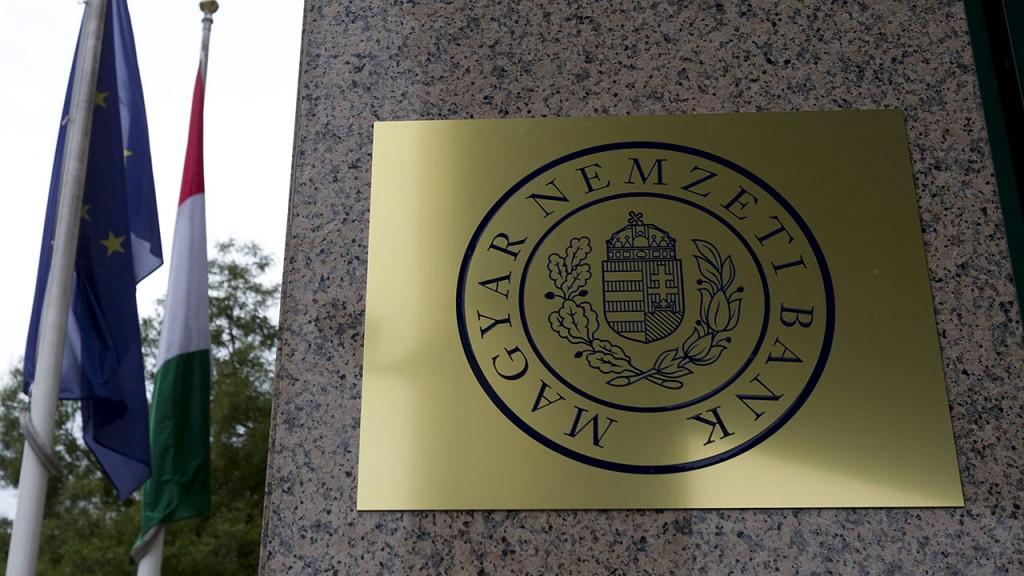 Budapest, 2013. október 1.A Magyar Nemzeti Bank (MNB) neve a Pénzügyi Szervezetek Állami Felügyeletének (PSZÁF) korábbi székházán Budapesten 2013. október 1-jén. Szeptember 16-án Országgyűlés elfogadta az MNB-ről szóló törvényt, amely összevonja a jegybankot és a PSZÁF-ot, ez utóbbi megszüntetésével.MTI Fotó: Szigetváry Zsolt