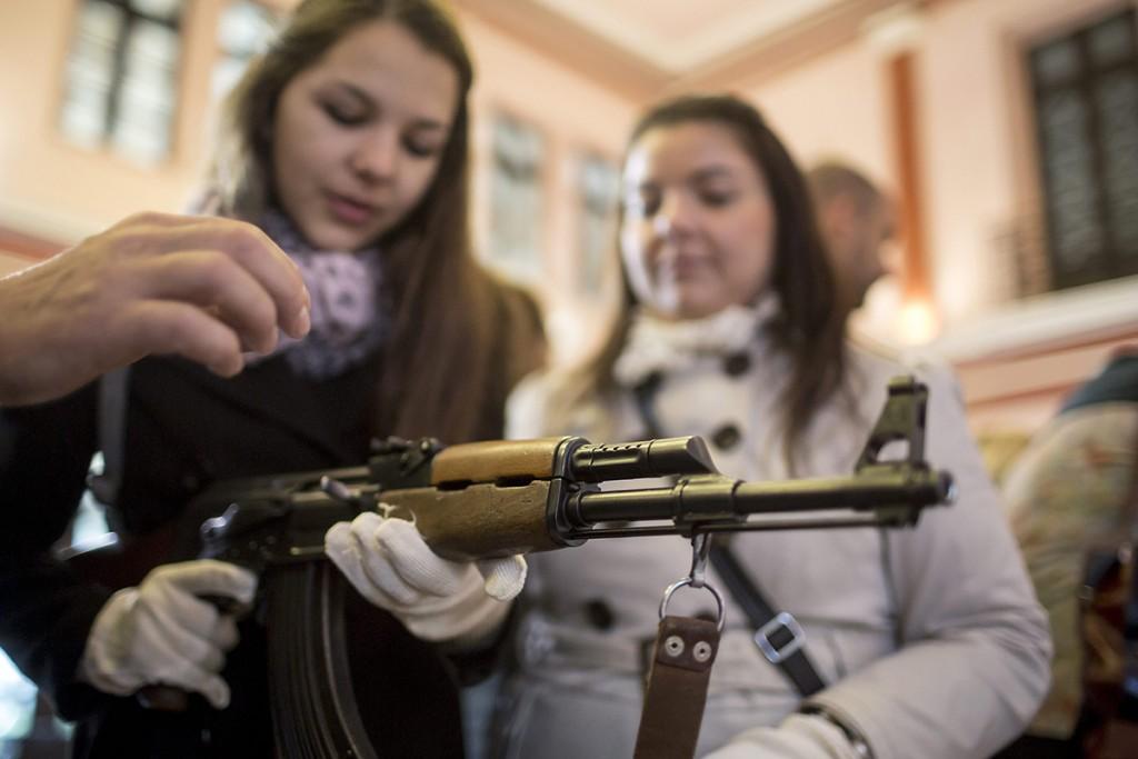 Budapest, 2015. október 23.Fegyverbemutató, ahol az AK-47-es gépkarabéllyal ismerkedhetnek meg az érdeklődők az '56-os forradalom és szabadságharc emléknapján a budapesti HM Hadtörténeti Intézet és Múzeumban 2015. október 23-án. Az intézményben ezen a napon tárlatvezetéssel, 1956 fegyvereiről szóló előadással, haditechnikai bemutatóval várják az érdeklődőket.MTI Fotó: Mohai Balázs