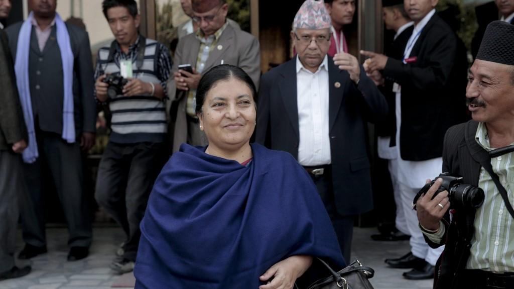 Katmandu, 2015. október 28. Bidja Devi Bandari, a nepáli Egyesült Marxista-Leninista Párt (CPN-UML) alelnöke és elnökjelöltje, miután leadta szavazatát egy katmandui szavazóhelyiségben 2015. október 28-án, a nepáli elnökválasztás napján. (MTI/EPA/Narendra Sreszta)