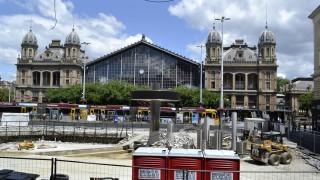 Budapest, 2015. június 21. Felvonulási terület a Nyugati pályaudvar elõtt. Elkezdõdött a Város-Teampannon Kft. tervei alapján a Nyugati tér teljes körû felújítása. Az  átépítéssel a tér nagy része egy síkba kerül az utcaszinttel, és több lesz rajta a zöldfelület. A 120 napig tartó munkálatok befejezése után egy átlátható, jelentõs méretû közösségi felülettel rendelkezõ tér jön létre. Megszüntetik a Skála elõtt kialakult bódésort, a lejáró lépcsõsor pedig kisebb lesz. Új térburkolatok, utcabútorok és új lámpasor lesz a téren. MTVA/Bizományosi: Róka László  *************************** Kedves Felhasználó! Az Ön által most kiválasztott fénykép nem képezi az MTI fotókiadásának, valamint az MTVA fotóarchívumának szerves részét. A kép tartalmáért és a szövegért a fotó készítõje vállalja a felelõsséget.
