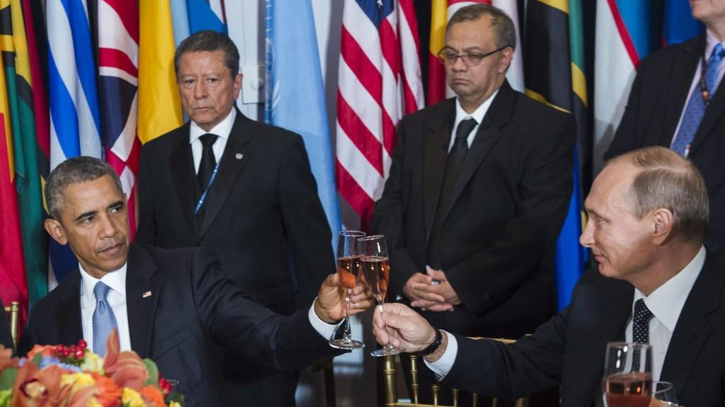 New York, 2015. szeptember 29. Az ENSZ által 2015. szeptember 29-én közreadott képen Vlagyimir Putyin orosz (j) és Barack Obama amerikai elnök (b) koccint Ban Ki Mun ENSZ-fõtitkár által az ENSZ-közgyûlés 70. ülésszaka idején rendezett díszvacsorán a világszervezet New York-i székházában szeptember 28-án. (MTI/EPA/ENSZ/Amanda Voisard)