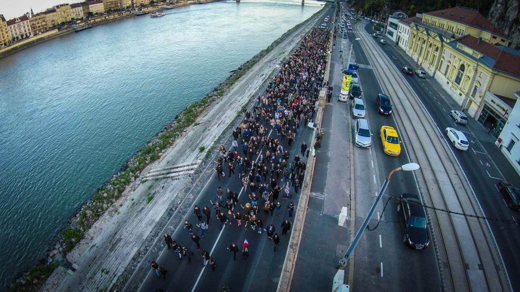 Budapest, 2015. október 22. Drónnal készült felvételen az 1956-os forradalom 59. évfordulója alkalmából tartott fáklyás felvonulás résztvevõi a budai alsó rakparton 2015. október 22-én. MTI Fotó: Ruzsa István