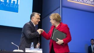 Madrid, 2015. október 22. A Miniszterelnöki Sajtóiroda által közreadott képen Orbán Viktor miniszterelnök és Angela Merkel német kancellár az Európai Néppárt madridi tisztújító kongresszusának második napján 2015. október 22-én. MTI Fotó: Miniszterelnöki Sajtóiroda / Szecsõdi Balázs