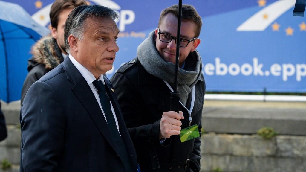 Brüsszel, 2015. október 15. Orbán Viktor miniszterelnök a konzervatív Európai Néppárt, az EPP vezetõinek tanácskozására érkezik az EU-tagországok állam- és kormányfõinek brüsszeli találkozója elõtt 2015. október 15-én. (MTI/EPA/Stephanie Lecocq)