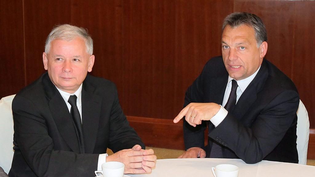 Varsó, 2010. június 2.Jaroslaw KACZYNSKI volt lengyel kormányfő, a Jog és Igazságosság párt (PiS) elnöke (b) megbeszélést folytat az első hivatalos külföldi látogatásán Varsóban tartózkodó ORBÁN Viktor magyar kormányfővel, a Fidesz - Magyar Polgári Szövetség elnökével 2010. június 2-án. (MTI/EPA/PAWEL SUPERNAK)