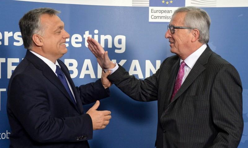 Brüsszel, 2015. október 25. Orbán Viktor miniszterelnököt fogadja Jean-Claude Juncker, az Európai Bizottság elnöke az európai menekültválságról rendezett rendkívüli csúcstalálozón a bizottság brüsszeli székházában 2015. október 25-én. (MTI/EPA/Stephanie Lecocq)