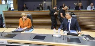 Brüsszel, 2015. október 25. A Miniszterelnöki Sajtóiroda által közreadott képen Angela Merkel német kancellár és Orbán Viktor miniszterelnök az európai menekültválságról rendezett rendkívüli csúcstalálkozó kezdetén az Európai Bizottság brüsszeli székházában 2015. október 25-én. MTI Fotó: Miniszterelnöki Sajtóiroda / Szecsõdi Balázs