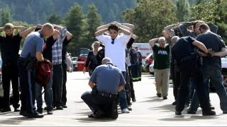 Roseburg, 2015. október 2. Megmotozzák a diákokat az Oregon állambeli Roseburgben lévõ Umpqua Városi Fõiskolán, ahol lövöldözés történt 2015. október elsején. A támadásban legkevesebb tizen életüket vesztették, heten pedig megsebesültek. (MTI/AP/Michael Sullivan)