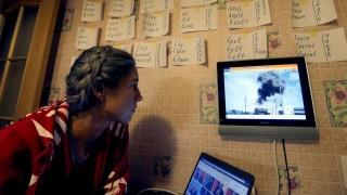 Szentpétervár, 2015. október 1. Egy nõ nézi az orosz légierõ által Szíriában végrehajtott légicsapásokról szóló híradást Szentpéterváron 2015. szeptember 30-án. Oroszország ezen a napon kezdett légicsapásokat Szíriában az Iszlám Állam (IÁ) nevû dzsihadista szervezet ellen. (MTI/EPA/Anatolij Malcev)