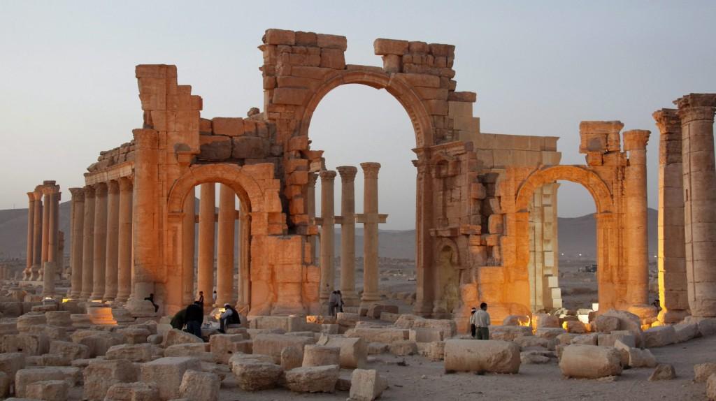 Palmüra, 2015. október 5. 2010. november 12-én készült kép az UNESCO világörökségi listáján szereplõ, kelet-szíriai Palmüra romvárosról. 2015. október 5-én Maámún Abdulkarim, a szíriai régészeti hivatal vezetõje megerõsítette, hogy az Iszlám Állam (IÁ) nevû dzsihadista terrorszervezet fegyveresei elõzõ nap felrobbantottak egy diadalívet az általuk korábban elfoglalt Palmürában. (MTI/EPA/Juszef Badavi)